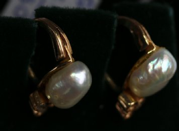 Gold,Natural Pearl & Diamond Earclips