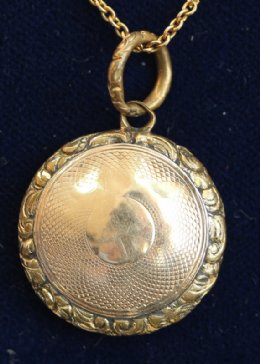 19thcent Gold Pendant & Chain